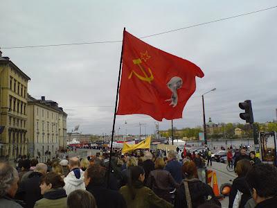 Leninflagga vid Vänsterpartiets  demo i Kungsträdgården 2012